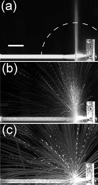Lorsque la densité de particules du jet diminue, le comportement liquide fait place à un comportement gazeux rappelant un feu d'artifice. Crédit : Nagel et Jaeger