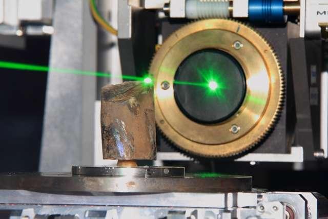 Le faisceau laser en vert montre la trajectoire des rayons X utilisés pour scanner un fossile de Baculite à l'ESRF. © I. Montero, ESRF