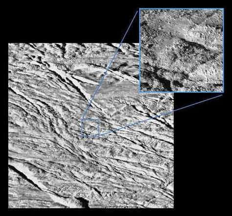 Détails de la surface d'Encelade (Crédit : NASA).