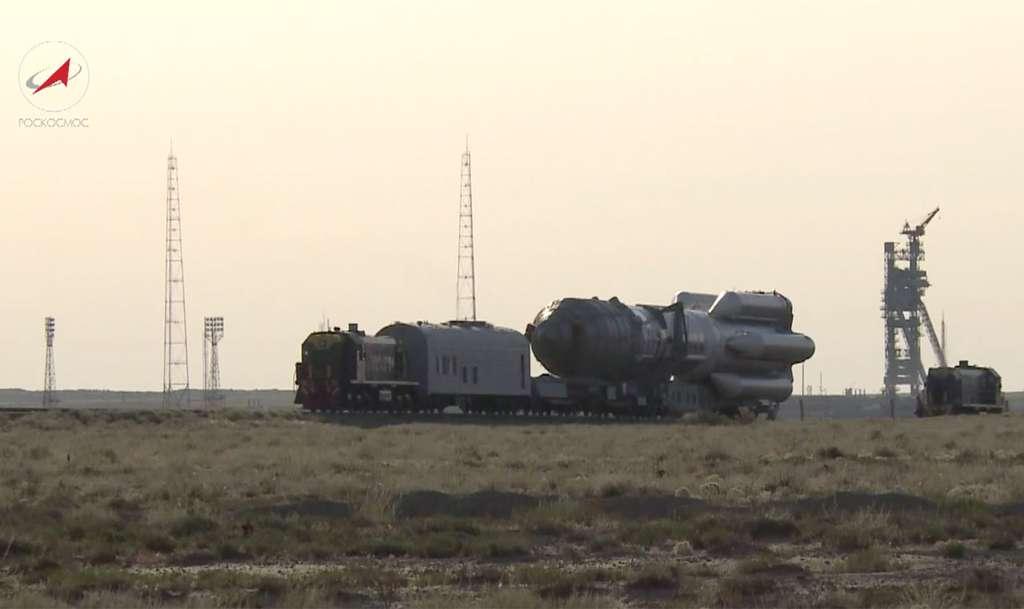 Transfert d'un lanceur Proton sur son pas de tir du cosmodrome de Baïkonour. @ Roscosmos