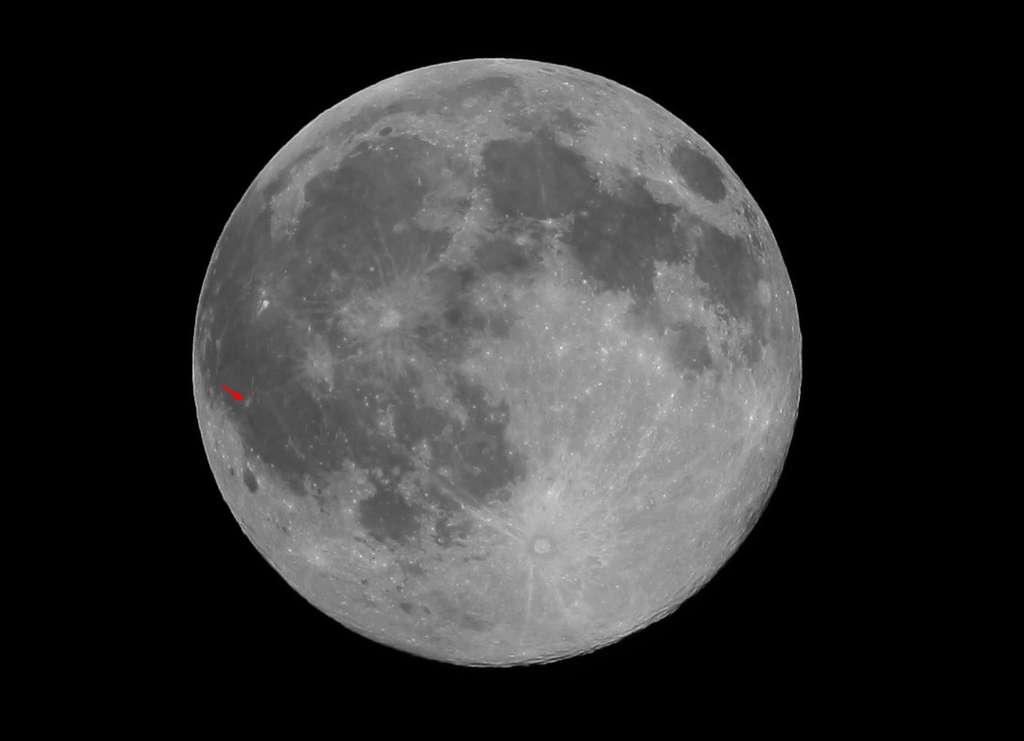 Une simple lunette permet de repérer la zone claire de Reiner Gamma sur le bord lunaire, dans l'Océan des Tempêtes (voir la flèche rouge). Crédit J.-B. Feldmann