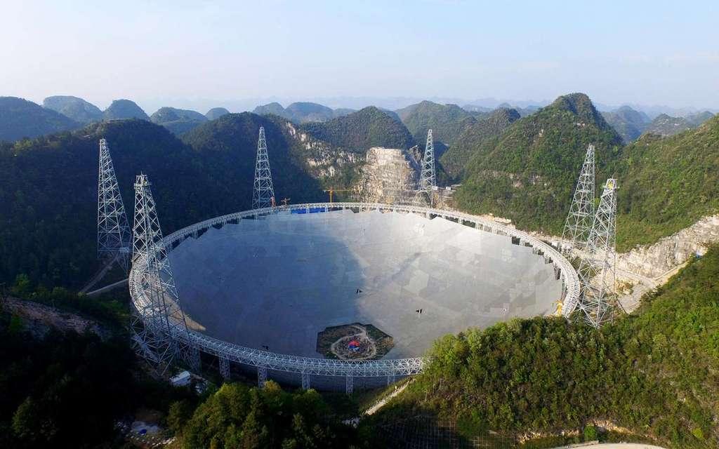 Photo du radiotélescope Fast dans la province du Guizhou. © Naoc