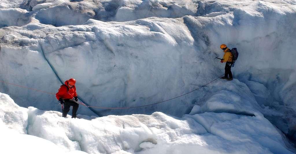 La froidure allège les neiges. Ici, glaciologues prenant des marques dans la glace. © Tpsdave, DP