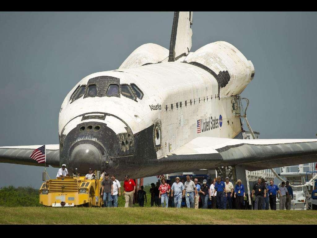 Atlantis à l'issue de sa dernière mission, le 21 juillet 2011, jour anniversaire des premiers pas sur la Lune de Neil Armstrong et Buzz Aldrin. © Nasa
