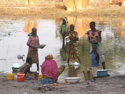 Femmes lavant leur linge sur la rive gauche du Mayo Danay, au Cameroun oriental (décembre 2005). Un mayo est au nord du Cameroun un cours d'eau temporaire.