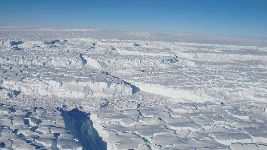 Les glaces terrestres vont progressivement glisser vers la mer au fur et à mesure que la partie immergée va continuer à fondre sous l'action du réchauffement climatique. © James Yunkel, Nasa Ice, DP