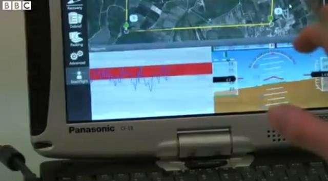 Sur cette capture d'image extraite d'une vidéo tournée par la BBC, on découvre l'interface de contrôle du système de pilotage par la pensée. Le pilote doit se concentrer pour faire monter ou descendre un petit cercle affiché à l'écran afin de faire virer le drone à droite ou à gauche. © BBC