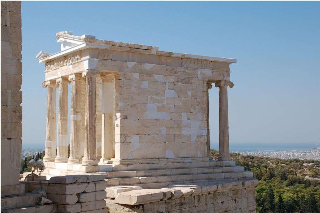 Le temple d'Athéna Nikè a été érigé en l'honneur de la déesse de la victoire. En effet, nikè signifie « victoire » en grec ancien. © Dimboukas, Wikimedia Commons, CC by-sa 3.0