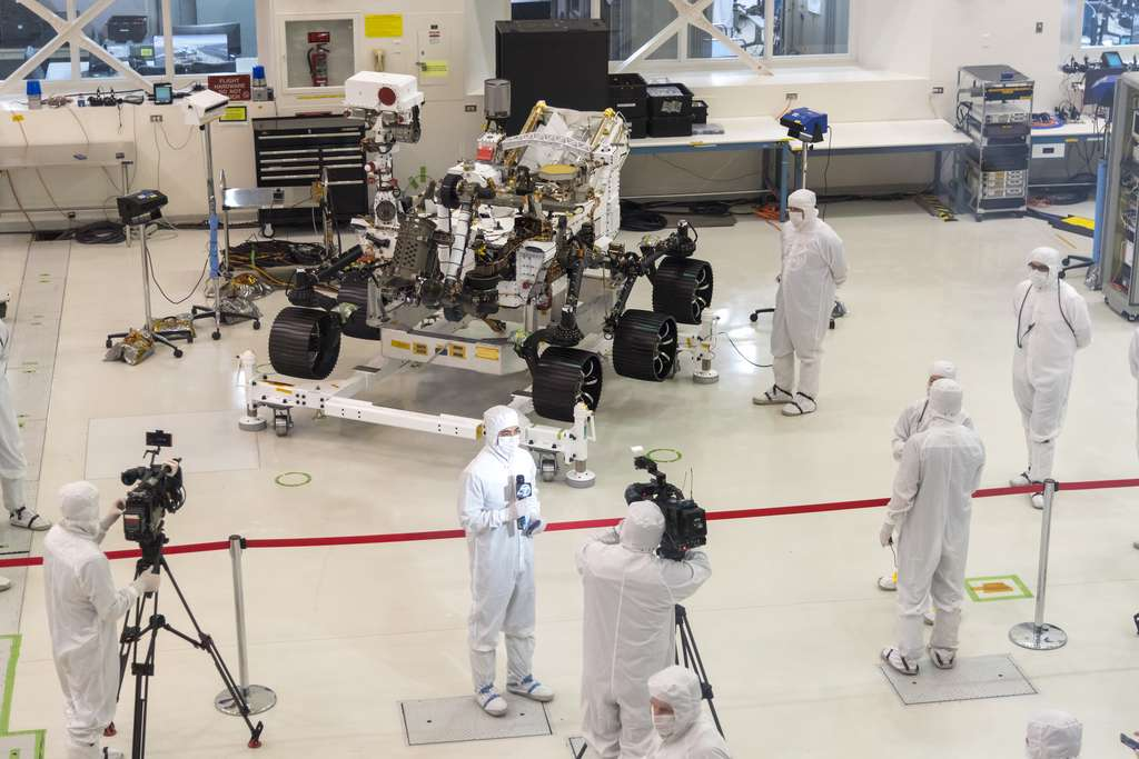 Mars 2020 dans la mythique « salle blanche » du JPL où il a vu le jour, à l'instar de ses prédécesseurs qui ont roulé sur Mars. © Nasa, JPL-Caltech