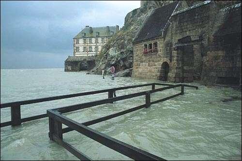 Avant les travaux. La passerelle en bois noyée pendant les grandes marées. © Daniel Fondimare - Tous droits de reproduction interdits