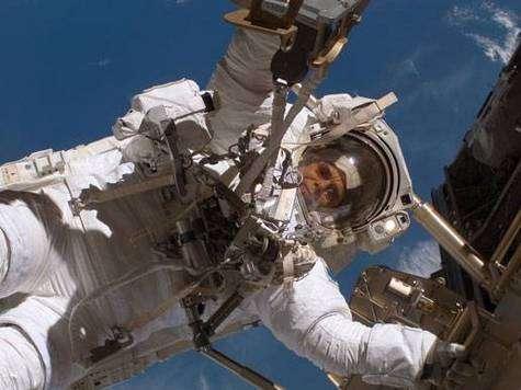 Christer Fuglesang en cours de mission extra-véhiculaire. Crédit NASA.