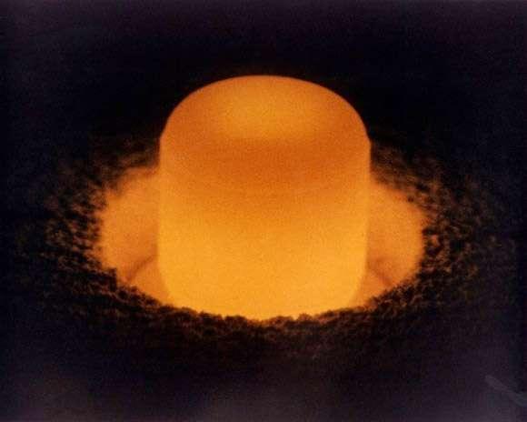 À l'image, un galet de plutonium 238 qui attend d'être placé dans un RTG. Les générateurs thermoélectriques radioisotopiques peuvent fonctionner pendant des décennies. © Département de l'Énergie
