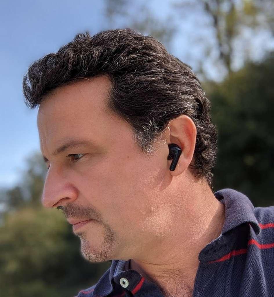Le design intra-auricilaire des écouteurs LG tient en place et n'est pas trop protubérant. © Marc Zaffagni