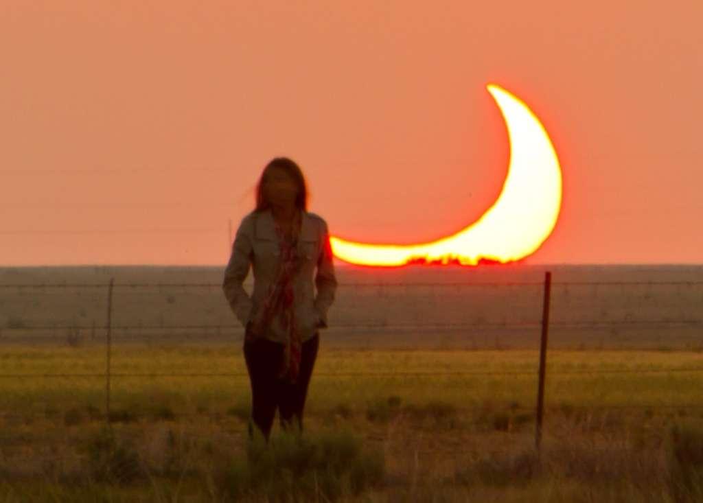 Au Nouveau-Mexique le Soleil s'est couché en grande partie masqué par la Lune. © Mike Theiss