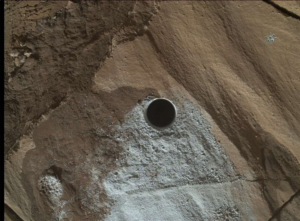 Dixième forage de Curiosity réalisé lors du sol 1.320 et photographié avec Malhi le lendemain. Son diamètre est de 1,6 cm et sa profondeur est de 6 cm. © Nasa, JPL, MSSS
