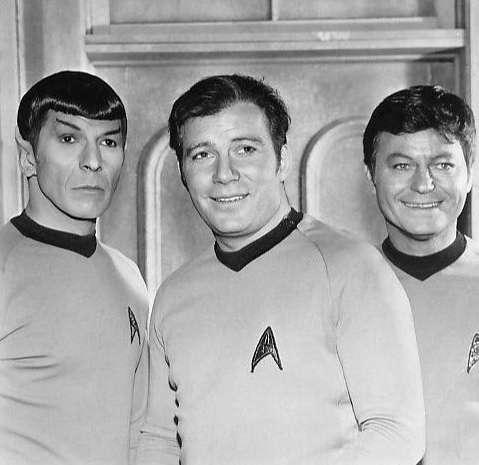 Leonard Nimoy (Spock), William Shatner (Kirk) et DeForest Kelley (McCoy) de la série Star Trek. © Paramount Television, Wikimedia Commons, Public domain
