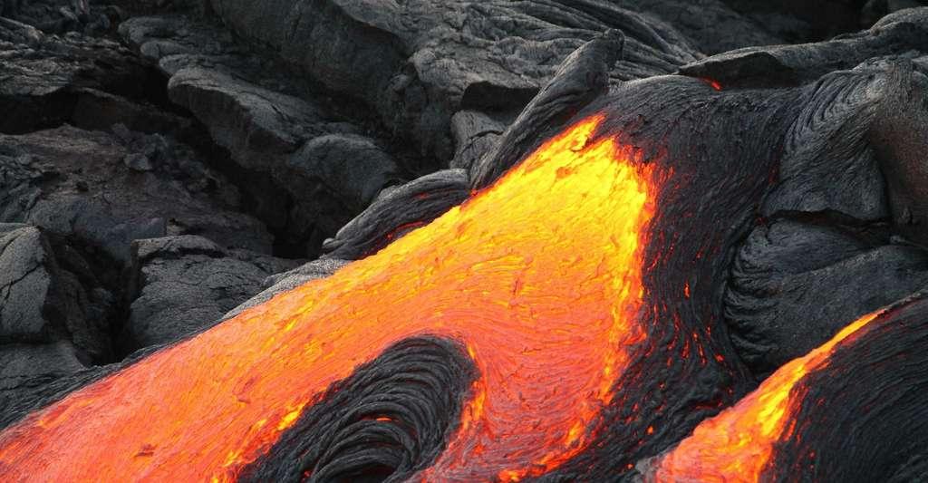 Pour pouvoir profiter de la beauté des diamants, le concours d'un volcan est indispensable. C'est en effet la lave en fusion, lorsqu'elle remonte vers la surface à grande vitesse, qui peut emporter avec elle les diamants enfouis à plus de 150 kilomètres sous terre. © skeeze, Pixabay License