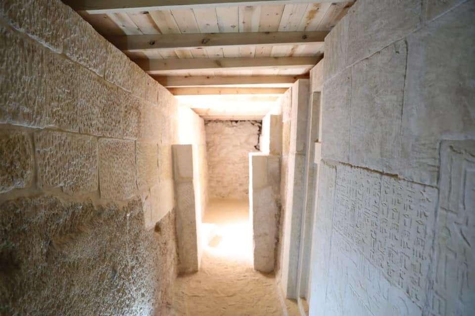 Tombeau en calcaire datant de la Vème Dynastie, soit d'il y a environ 4.500 ans. Les inscriptions apportent des détails sur les deux personnages qui gisent là : Benhui-Ka et Nwi. © Egyptian Ministry of Antiquities