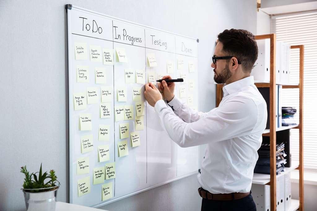Le product owner découpe le projet en plusieurs étapes à réaliser, tout en définissant leur ordre et priorité. © Andrey Popov, Adobe Stock.