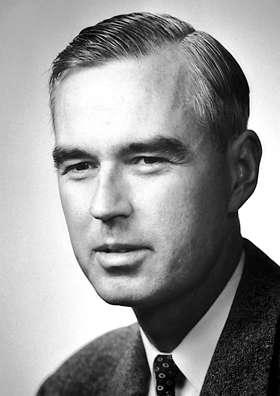Né le 12 juillet 1913 à Los Angeles, et bien que destiné à devenir célèbre pour ses travaux expérimentaux, Willis Lamb a commencé par être un chercheur en physique théorique. Il fut en effet l'un des premiers élèves de thèse à Berkeley de Robert Oppenheimer, le fondateur de l'école de physique théorique américaine et le maître d'œuvre du projet Manhattan (la mise au point de la bombe atomique aux États-Unis). Après avoir exploré, pour sa thèse, les propriétés électromagnétiques des noyaux, il rejoignit l'Université Columbia où il débuta ses travaux dans le domaine de la spectroscopie atomique micro-ondes. © DP