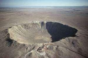 Le célèbre Meteor Crater aux Etats-Unis ne mesure qu'un peu plus d'un kilomètre de large mais c'est le mieux conservé en raison de sa relative jeunesse. Il s'est formé il y a 50.000 ans suite à l'impact d'une météorite d'environ 45 mètres de diamètre. Crédit USGS