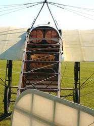 Un Blériot XI (ici vu au meeting de La Ferté-Alais). On remarque l'exiguïté et la simplicité du poste de pilotage. Louis Blériot avait juste un minuscule siège pour s'asseoir et aucun instrument. Les deux éléments de cuivre sont deux réservoirs de 25 litres chacun. (Cliquer sur l'image pour l'agrandir.) © JL Goudet / Futura-Sciences