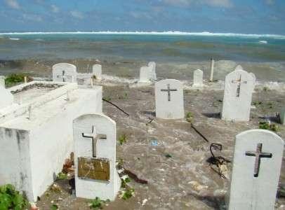 Un cimetière des îles Marshall est inondé par la marée haute, en décembre 2008 dans l'atoll de Majuro, dans l'océan Pacifique. © Giff Johnson, AFP, Archives