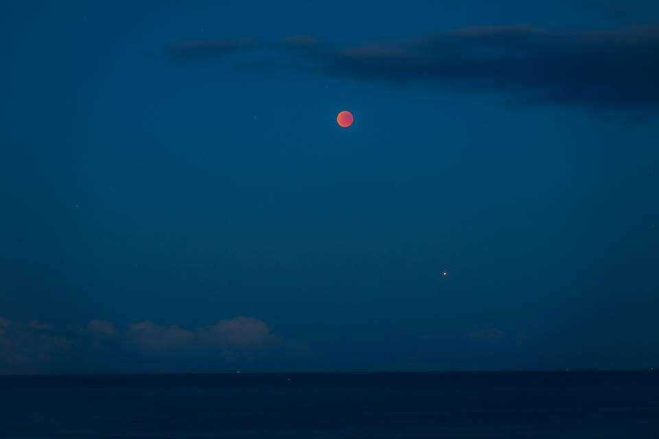 Lune sombre au-dessus de Mars. © Erwan Le Trionnaire