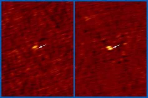 Images du système binaire de naines brunes 2MASSW J0746425+2000321 prise par le VLA dans la longueur d'onde radio de 4,88 GHz. La flèche indique la position de la naine brune, à gauche entre deux impulsions, à droite en cours d'émission. Crédit Hallinan et al., NRAO/AUI/NSF.
