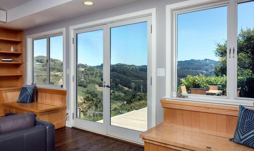 Une porte-fenêtre battante s'ouvre sur l'intérieur et semble plus dévoreuse d'espace qu'une baie vitrée coulissante. © coralimages, Fotolia