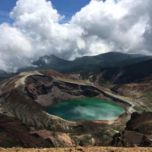 Le lac Okama apparaît sous dans une belle teinte émeraude. © mechi823, Instagram