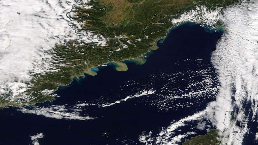 Après les pluies diluviennes de la tempête Alex, qui ont touché les Alpes-Maritimes et le nord de l'Italie, les eaux boueuses se sont déversées en Méditerranée. Cette image a été acquise par le satellite Sentinel 2 pour le service de cartographie d'urgence Copernicus EMS. © Copernicus