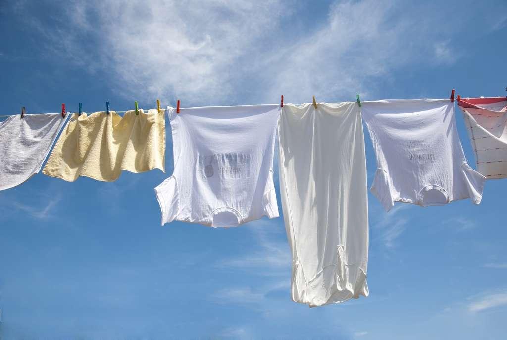 Le tissu clair absorbe trois fois moins de chaleur que le tissu noir. © dinozzaver - Fotolia