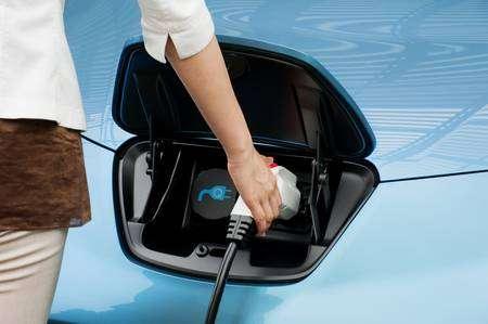 La recharge complète sur une prise classique de 220 volts prend huit heures. Un chargeur rapide, comme celui présenté ici, permet d'atteindre 80% en trente minutes, ce qui donne un peu plus de 120 kilomètres d'autonomie. © DR