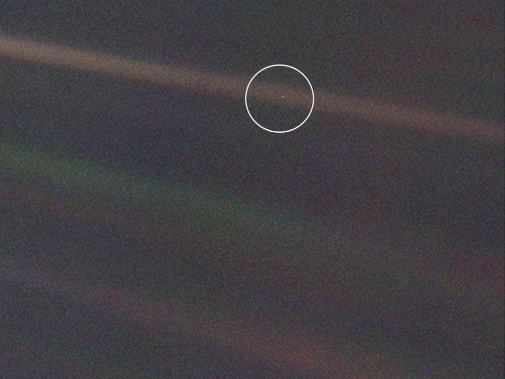 Le cliché iconique de Voyager 1 montrant la Terre vue depuis une distance de 6,4 milliards de kilomètres. Les rayures sur l'image s'expliquent par la lumière du Soleil qui s'est éparpillée à l'intérieur de la caméra. © Nasa, JPL