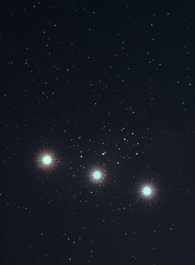 Ce montage photographique visualise la progression rapide de Vénus devant l'amas des Pléiades sur 3 nuits du 2 au 4 avril 2012. © Alexandre Croisier