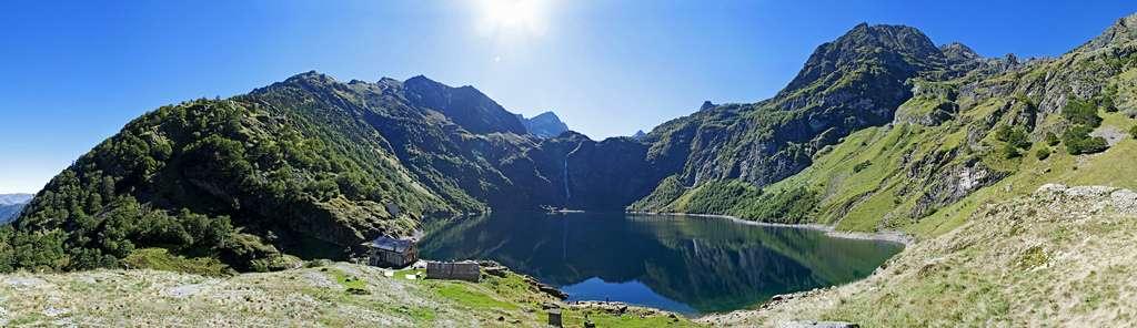 Vue du lac d'Oô à 180°. Situé à une altitude de 1.507 m sur la commune d'Oô, près de Bagnères-de-Luchon, le lac reçoit l'eau du lac d'Espingo par une cascade de 273 m. C'est un lieu remarquable du tourisme en Haute-Garonne. © Matthieu Luna, Flickr, CC by-nc-sa 2.0