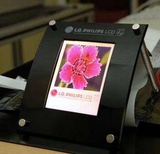 LG.Philips LCD n'est pas en reste avec cet écran de plus de dix centimètres de diagonale. Crédit LG.Philips LCD.