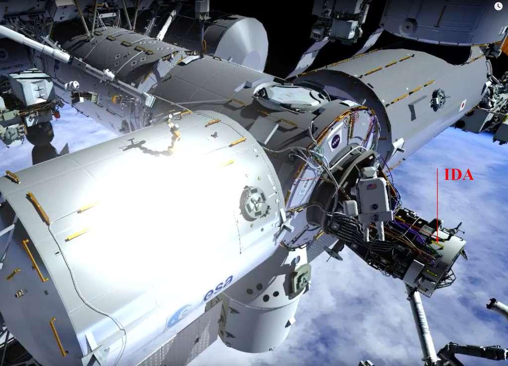 L'Ida (International Docking Adapter) qui permet d'adapter le port d'amarrage des navettes spatiales (la partie noire) en port d'accueil des futurs véhicules habités commerciaux de Boeing (le Starliner) et SpaceX (Crew Dragon). © Nasa