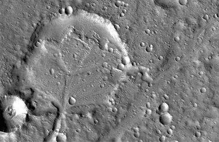 Nanedi Valley, dans les hautes terres de Xanthe, s'ouvre dans un cratère d'impact d'environ cinq kilomètres de diamètre. Les dépôts d'alluvions qui y sont nettement visibles attestent un âge de 3,8 à 4 milliards d'années. Les scientifiques pensent que ce cratère pourrait avoir été entièrement rempli d'eau et qu'une partie de ses remparts, à droite de l'image, n'aurait pas résisté à la pression et se serait effondrée, permettant à l'eau de s'écouler vers le nord par une plus petite vallée. Crédit : Nasa/Mars Reconnaissance Orbiter