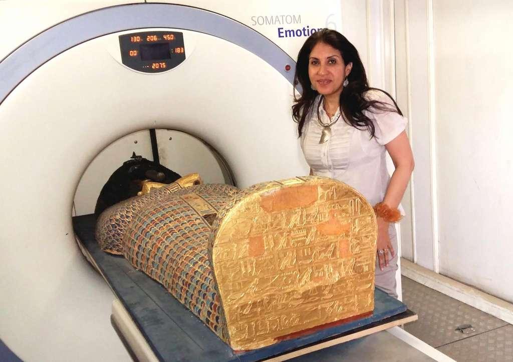 La chercheuse Sahar Saleem plaçant la momie de Seqenenrê Tâa dans le scanner. © Sahar Saleem