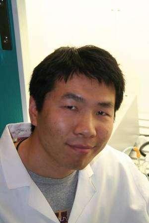 Xinyao Liu, principal auteur de l'étude, a créé une souche de cyanobactéries qui exportent elles-mêmes leur huile. Plus besoin de les broyer et de purifier le broyat pour extraire l'huile nécessaire à la production de biodiesel. En Chine, dit-il, on dit qu'« on ne tue pas la poule pour avoir les œufs » © Biodesign Institute / Arizona State University