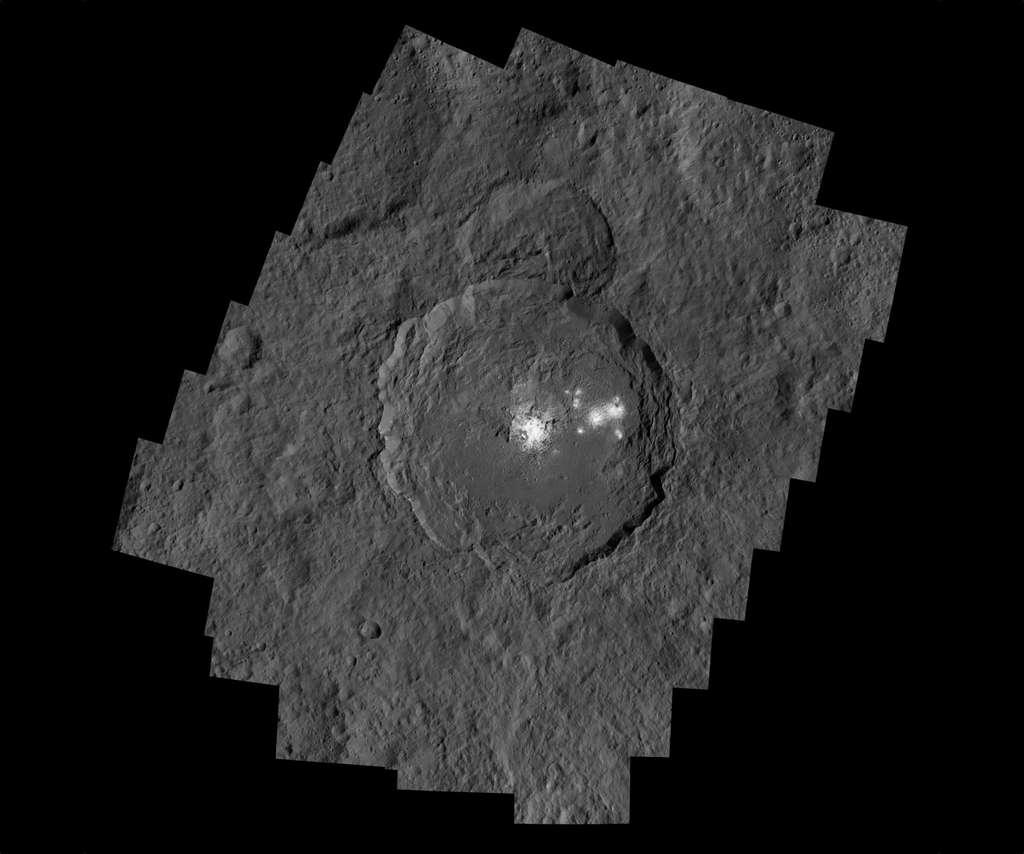Assemblage de trois images détaillées du cratère Occator (92 km de diamètre et 4 km de profondeur), prise par Dawn, à 385 km d'altitude. Il arbore les taches les plus brillantes de Cérès. La résolution est de 35 mètres par pixel. Au centre, on distingue un dôme crevassé au milieu de la fosse et une multitude de rayures tout autour et à travers le fond du cratère. Téléchargez l'image en haute résolution ici. © Nasa, JPL-Caltech, UCLA, MPS, DLR, IDA, PSI, LPI