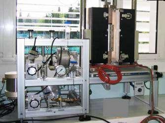 L'un des prototypes, fonctionnant à 800°C sous 50 bars. A gauche, on remarque le système de gestion des gaz (vapeur d'eau, air et hydrogène). Instrumenté, il a permis d'étudier dans le détail le déroulement des réactions chimiques et des paramètres physiques. © Areva NP/ IEM