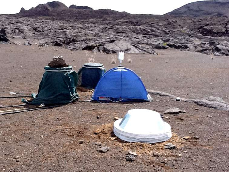 Prototype de bouclier éolien et thermique pour le sismomètre de la mission InSight testé à la Réunion, fin décembre 2011. Les essais ont été menés par les équipes de l'Observatoire volcanologique du Piton de la Fournaise et de l'Institut Max Planck de Lindau. © OVPF