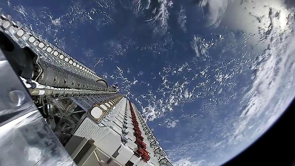 Les 60 premiers satellites de la constellation Starlink. Ils sont ici vus sur leur dispenser, quelques instants avant qu'ils soient libérés dans l'espace. © SpaceX