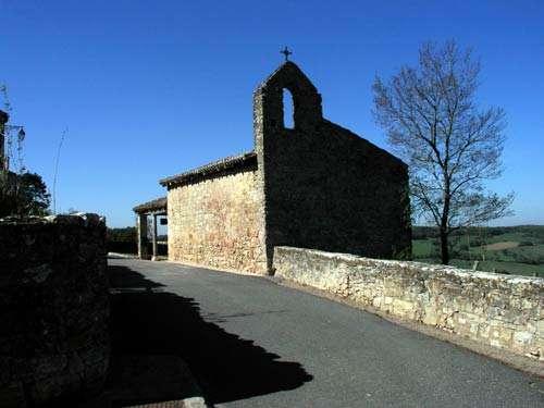 La chapelle Saint-Roch - Elle a été édifiée en 1703 par les habitants de Puycelsi pour remercier le ciel de les avoir tenus à l'abri de la peste. L'enclavement du village et sa difficulté d'accès sont peut-être les raisons qui permirent aux habitants d'échapper à la terrible maladie. © Photo Michel Robert