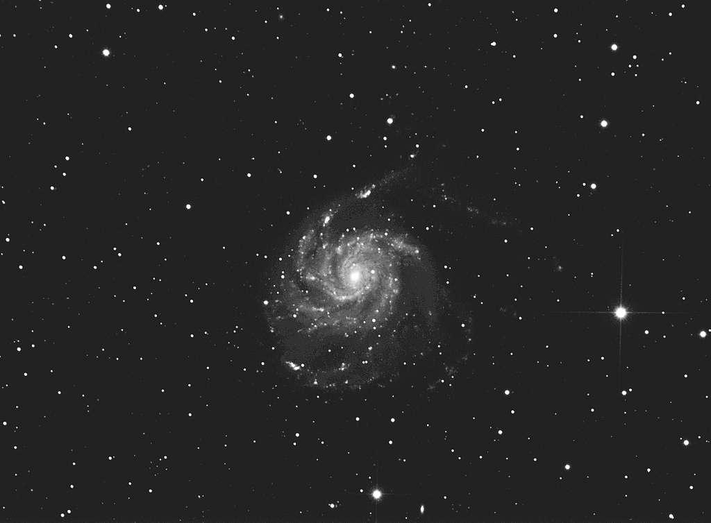De la rigueur permet d'obtenir une belle image de la galaxie M 101 avec un matériel simple. © J. Walliang