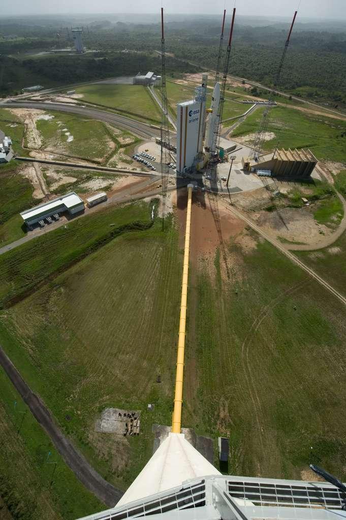 En plus des pas de tir de Vega (en haut et à gauche), d'Ariane 5 (au premier plan) et du Soyouz russe, le Centre spatial guyanais va devoir en construire un pour Ariane 6. La photo est prise depuis le réservoir d'où sera déversée de l'eau (dans la canalisation jaune), au moment du lancement, pour atténuer les vibrations sonores au moment du décollage. © Esa, S. Corvaja