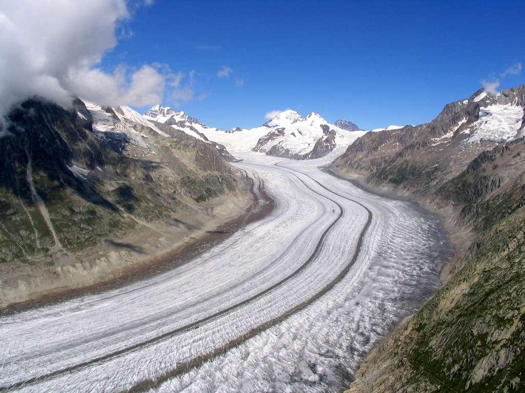 Partie médiane du glacier avec au fond, la Konkordiaplatz, Dirk Beyer, GFDL et CC by-sa 2.5